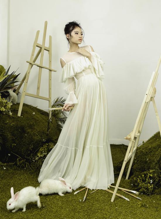 Bảo Hà ra dáng thiếu nữ với váy dài chấm đất, thiết kế bèo nhún ở phần ngực tôn vẻ kiêu sa, thanh thoát của bé.