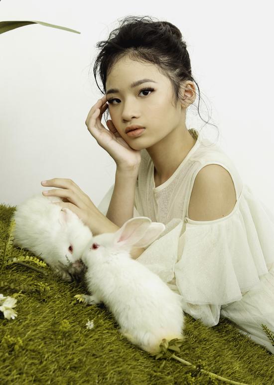 Mẫu 11 tuổi rất đam mê thời trang và được kỳ vọng sẽ tỏa sáng trên sàn diễn, tiếp nối thành công các thế hệ đàn chị như Thanh Hằng, Võ Hoàng Yến trong tương lai.