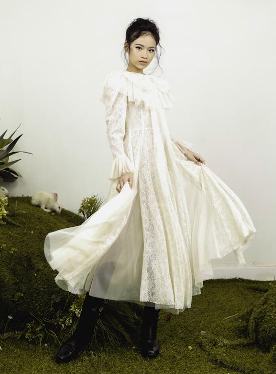 Bộ ảnh do nhà thiết kế Nguyễn Minh Công, stylist Tu, chuyên gia trang điểm Lâm Nguyễn hỗ trợ thực hiện.