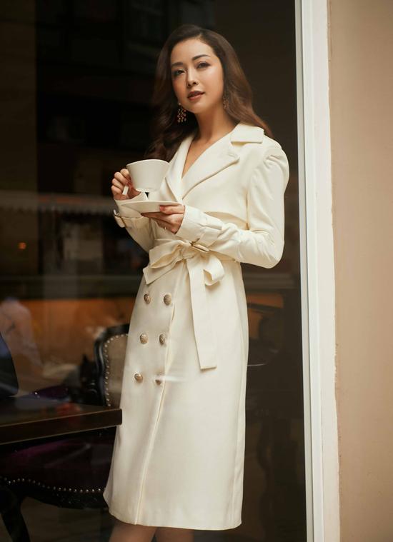 Jennifer Phạm trở lại công việc sau thời gian tập trung cho thiên chức làm mẹ và tránh dịch Covid-19. Hoa hậu được mời thể hiện sưu tập Secret of glamorous cho một nhãn hiệu thời trang cao cấp.