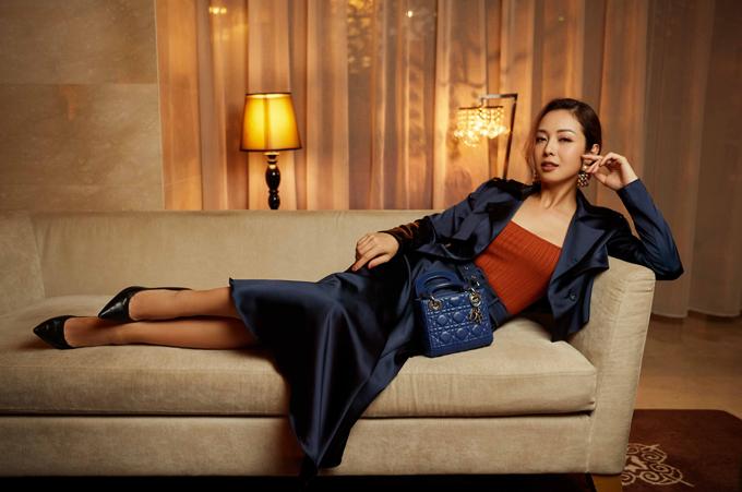 Jennifer Phạm rất thích các thiết kế phong cách thanh lịch, sang trọng dành cho phái đẹp. Sự kết hợp của các gam màu tương phản như xanh emerald, cam tango, nâu marsal tạo điểm nhấn thú vị.
