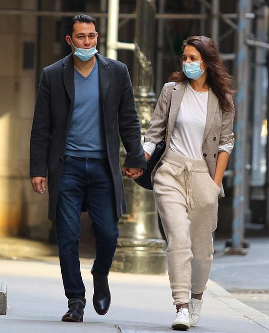 Katie Holmes nắm tay bạn trai mới dạo phố New York hôm thứ hai, 21/9.