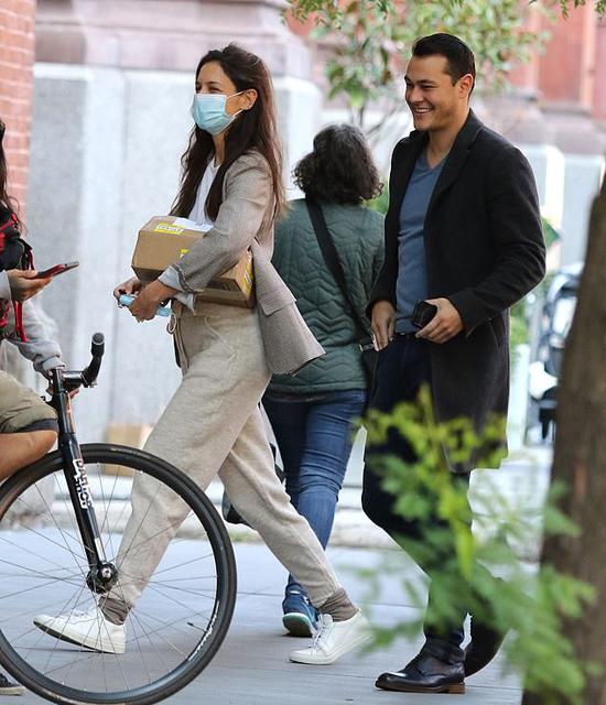 Emilio cùng Katie về căn hộ của cô ở New York.