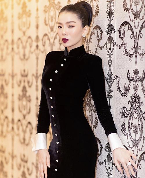 Váy nhung kiểu dáng sang trọng nhưng không kém phần sexy bởi đường cắt ráp tỉ mỉ, ôm trọn vóc dáng mảnh dẻ của nữ danh ca.