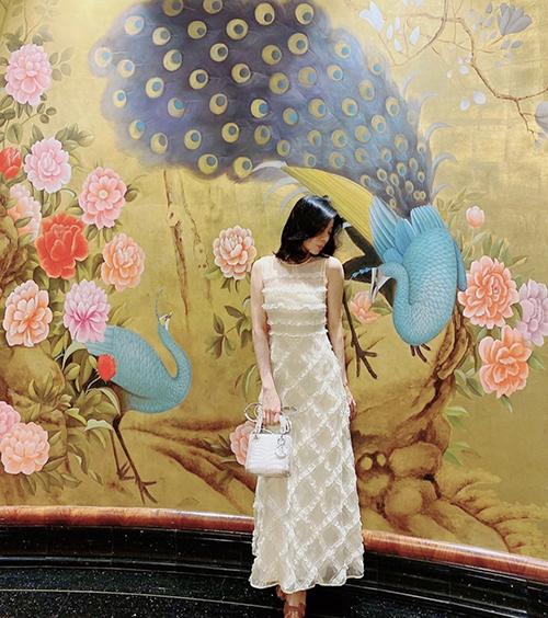 Khi đi ăn tối, trà chiều cùng bạn bè, Lệ Quyên chọn váy ren điệu đà để tôn nét nữ tính và giúp mình trẻ trung hơn tuổi.