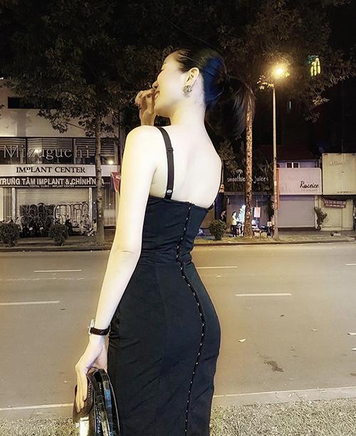 Những mẫu đầm liền thân, váy hai dây cắt may dáng ôm khít eo ngoài việc tôn vòng hai gọn gàng còn giúp nữ ca sĩ phô diễn đường cong ấn tượng.