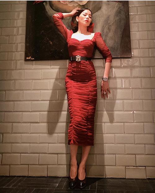 Diện váy tông đỏ nổi bật, Lệ Quyên chọn bộ phụ kiện tiệp sắc đen từ đồng hồ, dày cao gót và thắt lưng da đen để tạo nên tổng thể ưa nhìn.