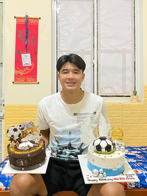 Đức Chinh khoe được tặng hai chiếc bánh kem trong sinh nhật. Ảnh: ĐC.