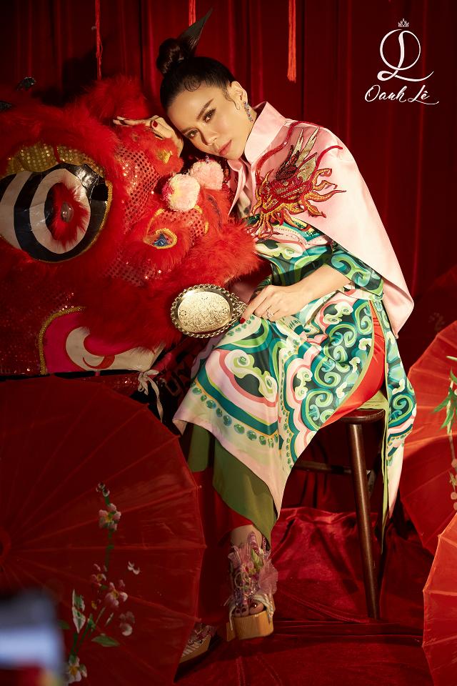 Mỗi một bộ ảnh của hoa hậu Oanh Lê đều được đầu tư chỉn chu, mang thông điệp rõ ràng và gây ấn tượng nhờ thần thái cuốn hút. Thông qua bộ ảnh đón Trung Thu, hoa hậu muốn gửi gắm lời chúc đoàn viên đầm ấm, hạnh phúc và thật nhiều sức khỏe tới mọi người.
