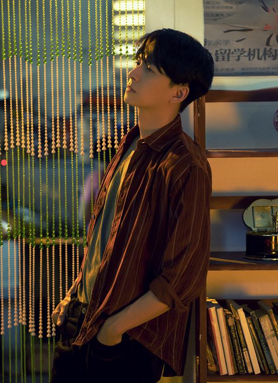Ca khúc Chẳng thể giữ lấy, chẳng đành buông tay do nhạc sĩ trẻ Nguyễn Công Thành sáng tác dành riêng cho Ngô Kiến Huy. Sản phẩm mới của chàng Bắp được đầu tư kinh phí lớn không kém MV Truyền thái y năm 2019.