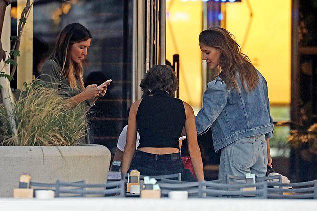 Trên Instagram, khi một số người cáo buộc Nicole ghen ghét Angelina Jolie, cô đã thẳng thắn lên tiếng phủ nhận. Tôi không ghét bất cứ ai, cô nói. Bạn gái Brad Pitt cũng nhấn mạnh thông điệp sống tích cực: Chúng ta yêu thương, chúng ta ủng hộ, chúng ta mỉm cười. Cuộc sống rất tươi đẹp, hãy dành cho nhau những nụ hôn.