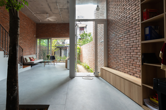Dù ngôi nhà có diện tích tương đối rộng rãi, gia chủ vẫn muốn không gian sống thông thoáng hơn nên đã ưu tiên lựa chọn những đồ nội thất tối giản. Các vị trí trong nhà đều tận dụng ánh sáng tự nhiên, mang đến cho các thành viên không khí dễ chịu, yên bình.