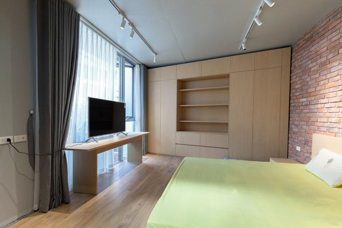 Mỗi phòng ngủ trong nhà đều hướng đến sự tối giản, các đồ nội thất được lựa chọn chủ yếu có kích thước lớn và nhiều công năng. Chẳng hạn như hệ thống tủ quần áo kết hợp với kệ sách sẽ giúp không gian trở nên gọn gàng mà không làm mất đi những nét đặc trưng của thiết kế.