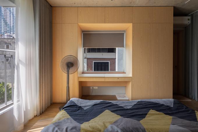 Vì muốn nhận đủ lượng ánh sáng cho từng ngóc ngách của phòng ngủ, chiếc tủ được các kiến trúc sư thiết kế riêng để không che bất kỳ góc nào trên cửa sổ. Tất cả đều phù hợp với yêu cầu bảo vệ nét nguyên sơ cho từng vị trí mà vẫn đầy đủ công năng cũng như nhu cầu sử dụng của các thành viên.