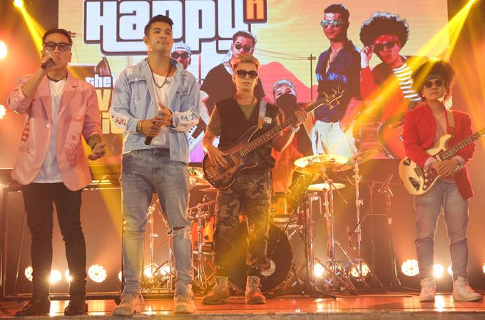 Trương Thế Vinh (thứ hai từ trái qua) vừa thành lập ban nhạc lấy tên Voi Biển - nickname được yêu thích của anh tại cuộc thi Running Man phiên bản Việt. Chàng ca sĩ là giọng ca chính của nhóm, biểu diễn bên cạnh bốn nhạc công: Riki Daddy (chơi keyboard), Bang (guitar bass), Kraken (drummer), Dyn (guitar solo). Ngoài thể loại chính là funky - dòng nhạc của người da màu ở Mỹ thập niên 1960, nhóm còn thử nghiệm nhạc đồng quê, disco. Nhóm hướng theo con đường tự sáng tác, hát kết hợp vũ đạo với những ca khúc vui tươi, lạc quan. Voi Biển Band vừa ra mắt MV Happy có sự tham gia của nhiều nghệ sĩ khách mời như Trường Giang, Lâm Vỹ Dạ, Lan Ngọc, Thúy Ngân. Sau sản phẩm này, nhóm tiếp tục tung ca khúc Giận chơi thô do Trương Thế Vinh sáng tác vào ngày 5/10.