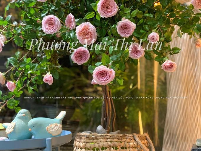 Bước cuối cùng, cô gắn thêm 4 cành cây khô tự nhiên để tạo được gốc cây hồng to già tương xứng lượng hoa phía trên. Nếu bạn cần cây cao hơn và góc ngắm rộng hơn lên đến 360 độ, bạn có thể điều chỉnh tăng số lượng cành hoa, cô bật mí. Loại hoa Abraham Darby có cành cong tự nhiên nên khi tạo hình, Lan Phương dễ cắm được dáng cây mềm mại, thanh thoát.