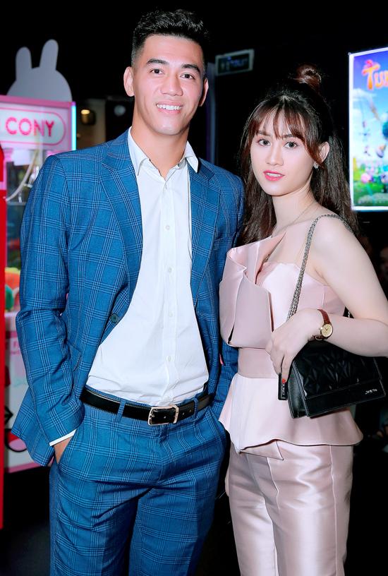 Tiến Linh chụp ảnh cùng nữ ca sĩ Jee Trần ở sự kiện tối 23/9.