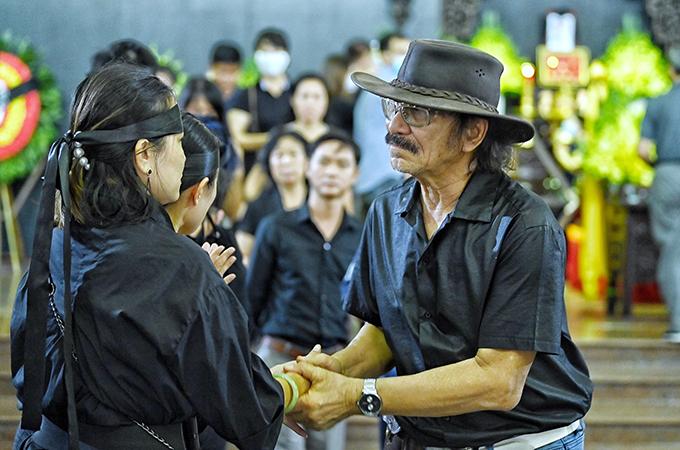 Nhạc sĩ Nguyễn Cường rơi nước mắt khi nắm tay chị Phó Khánh Chi, con gái nhạc sĩ Phó Đức Phương. Nguyễn Cường là bạn rất thân của nhạc sĩ Phó Đức Phương lúc sinh thời.