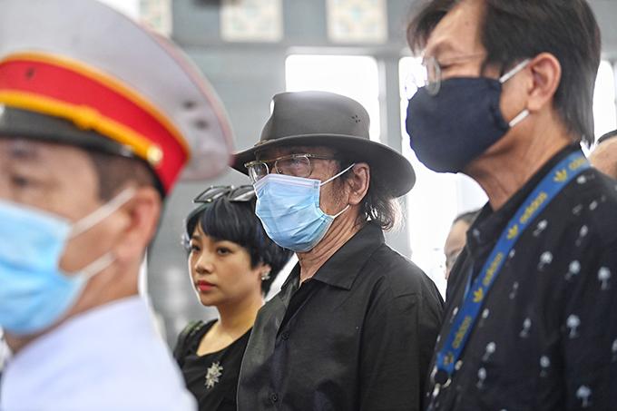 Nhạc sĩ Nguyễn Cường đi cùng nhạc sĩ Dương Thụ và ca sĩ Ngọc Khuê vào viếng.