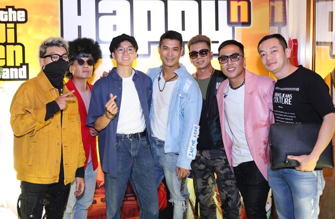Ngô Kiến Huy (thứ ba từ trái qua) và người quản lý (ngoài cùng bên phải) chụp ảnh cùng các thành viên Voi Biển Band.
