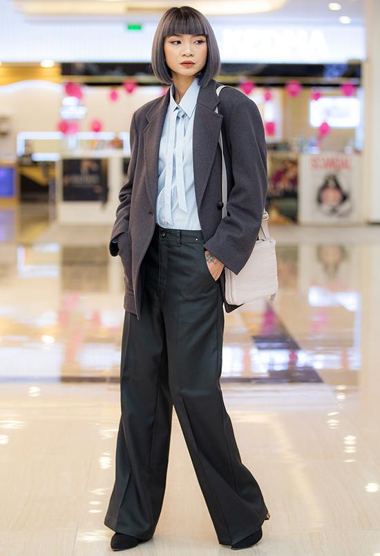 Siêu mẫu Hạ Vy mặc đồ mang hơi hướng menswear mạnh mẽ.