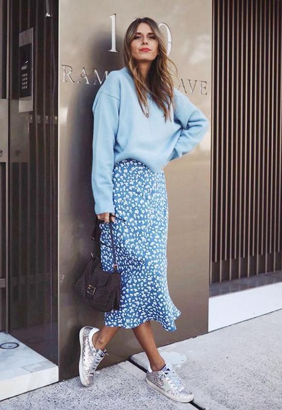 Váy midi + Áo sweater rộng + Giày sneakerNếu bạn đang tìm một combo đơn giản, năng động nhưng vẫn nữ tính thì đây là sự lựa chọn hoàn hảo dành cho bạn.