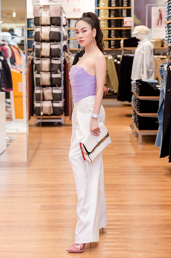 Nữ ca sĩ sinh năm 1991 diện áo quây tôn vai trần và vòng hai nhỏ nhắn, kết hợp quần ống suông thời thượng.