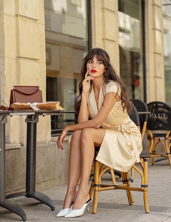 Họa tiết chấm biTrang phục họa tiết chấm bi rất được yêu thích và phổ biến ở Paris vì họ cho rằng chấm bi đơn giản và phù hợp với mọi phong cách dù là đi chơi hay đi làm.