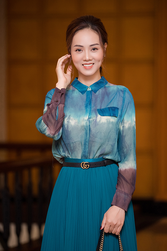 Ở đời thường, Ngọc Hà thích kết hợp váy xếp ly quá gối với áo sơ mi hoặc áo thun ton sur ton để tôn vẻ thanh lịch, kín đáo.