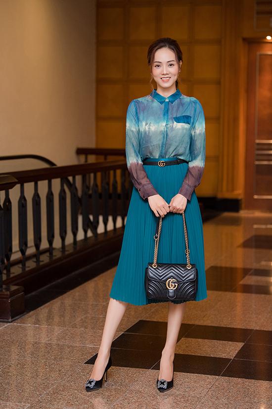 Người đẹp tô điểm phong cách bằng phụ kiện hàng hiệu kiểu dáng classic. Set đồ công sở của cô trở nên sành điệu hơn với thắt lưng và túi xách Gucci cùng giày cao gót đồng màu của Manolo Blahnik.