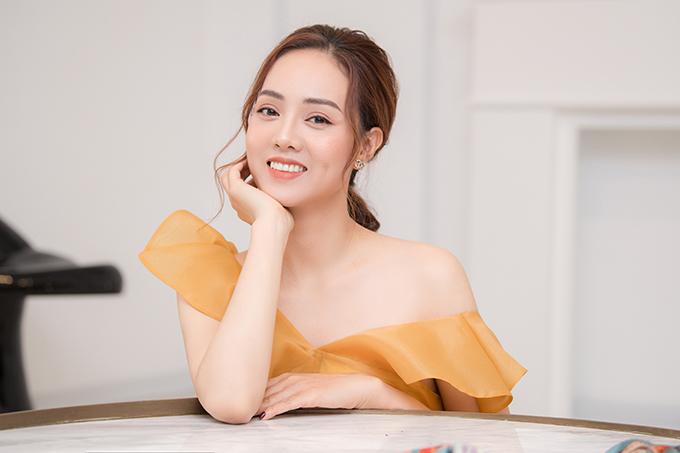 Ngọc Hà sinh năm 1988, từng vào Top 10 Hoa hậu Du lịch Việt Nam 2008 nhưng không hoạt động showbiz. Cô hiện là phóng viên của một tờ báo điện tử.