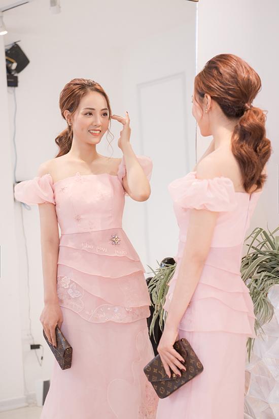 Mỗi lần đi sự kiện, Ngọc Hà điệu đà hơn với váy bèo nhún, đính họa tiết. Cô chọn đầm màu hồng pastel xếp tầng của nhà thiết kế Hòa Nguyễn để tôn vẻ nữ tính.