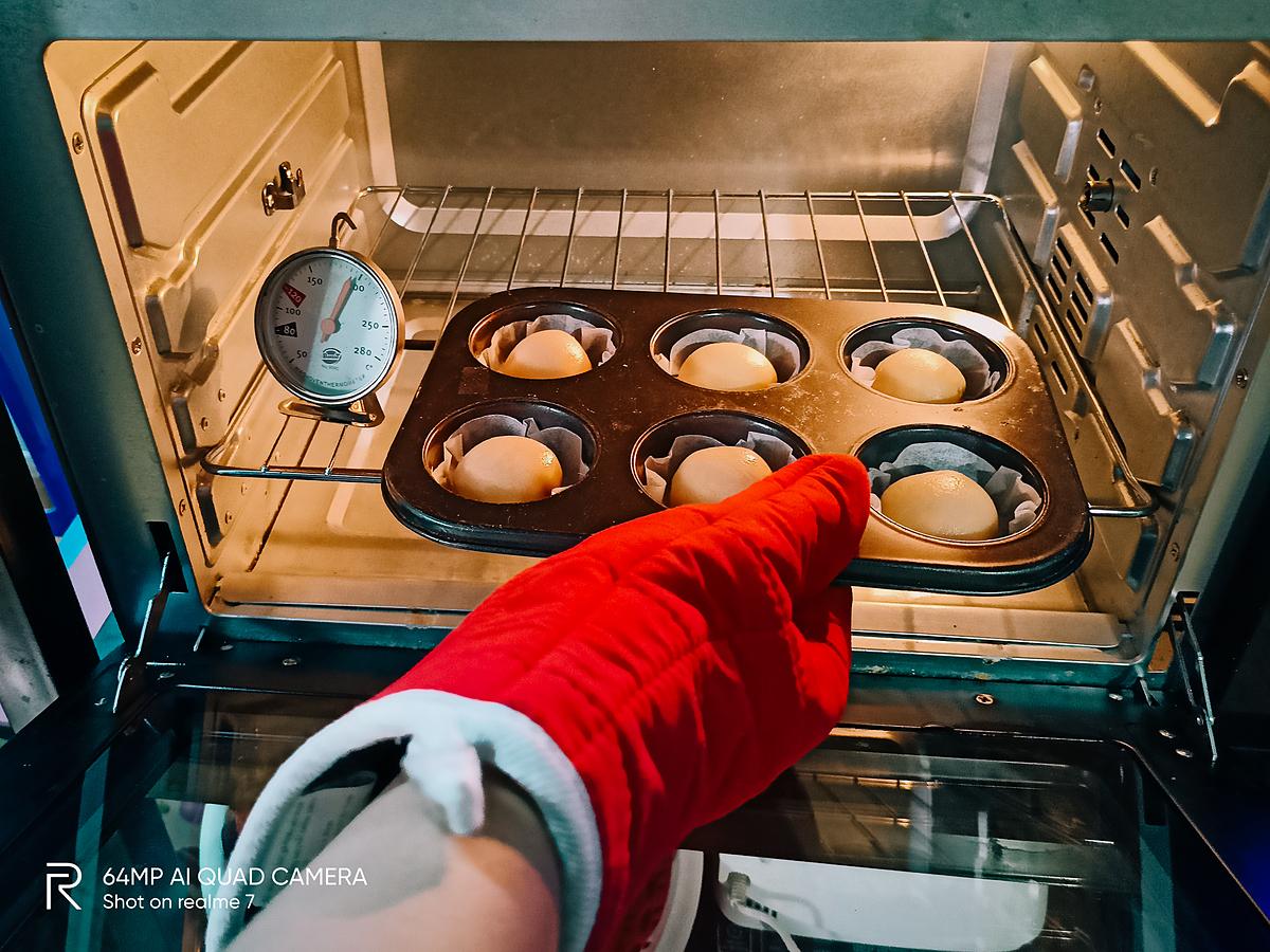 Khâu nướng bánh cũng quan trọng không kém giai đoạn chuẩn bị và tạo hình. Thanh Đào cho biết mỗi loại bánh đều yêu cầu thời gian nướng và nhiệt độ khác nhau. Vì vậy để mẻ bánh trung thu ra lò một cách chuẩn chỉnh, cô đã phải tìm tòi và hỏi kinh nghiệm của nhiều anh chị đi trước.