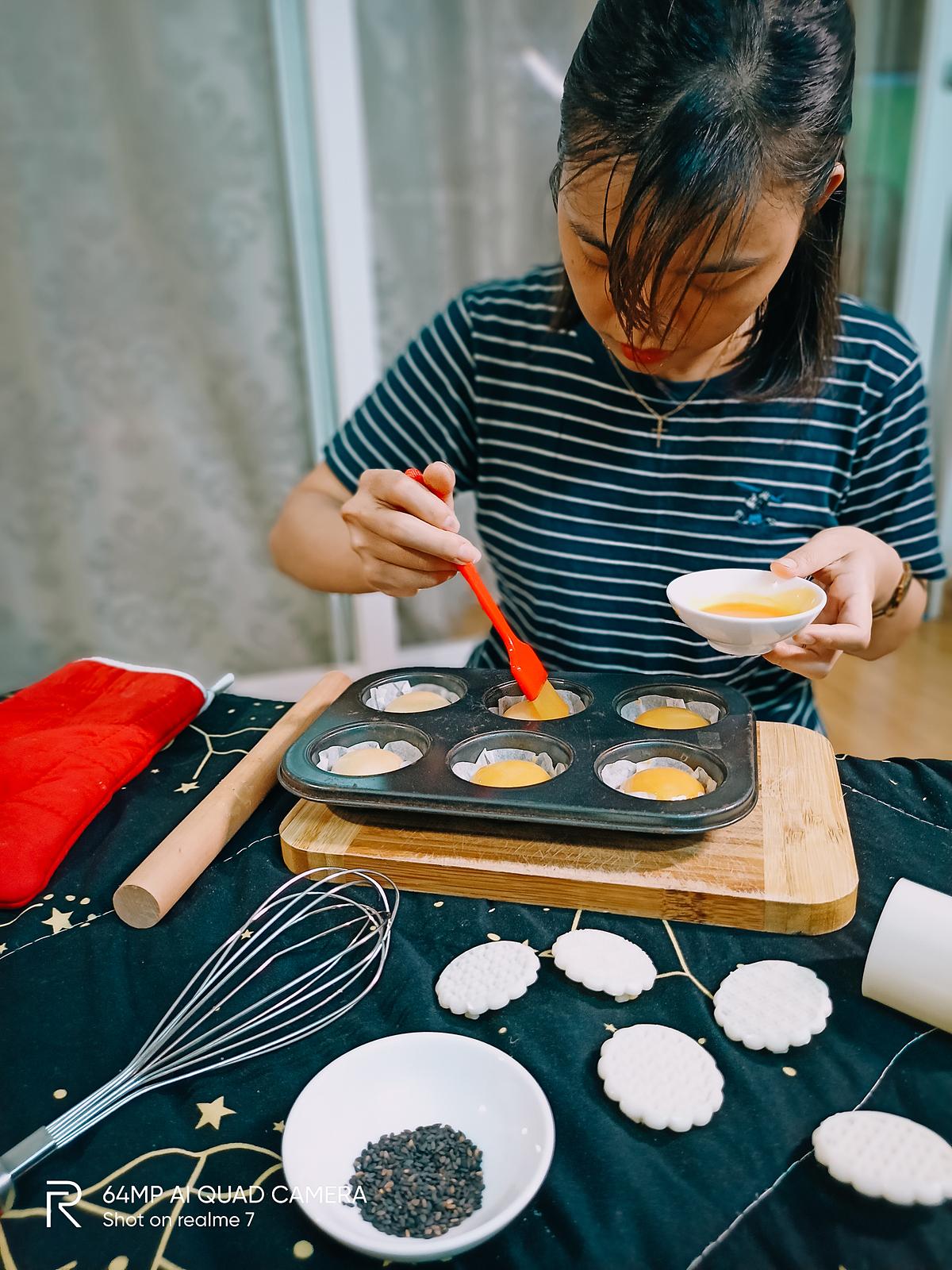 Lấy bánh ra cô liền quét lớp sốt trứng muối dẻo lên trên để vừa tăng phần đẹp mắt vừa giúp thành quả thêm đậm đà hương vị