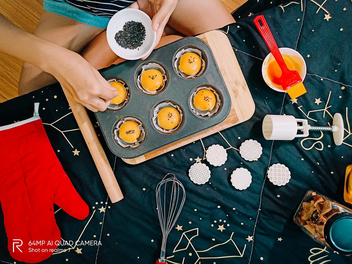 Rắc thêm một ít mè đen lên để mùi thơm chiếc bánh trung thu thêm cuốn hút