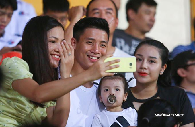 Trong giờ nghỉ giải lao, nhiều fan đến xin chụp ảnh cùng gia đình Bùi Tiến Dũng.