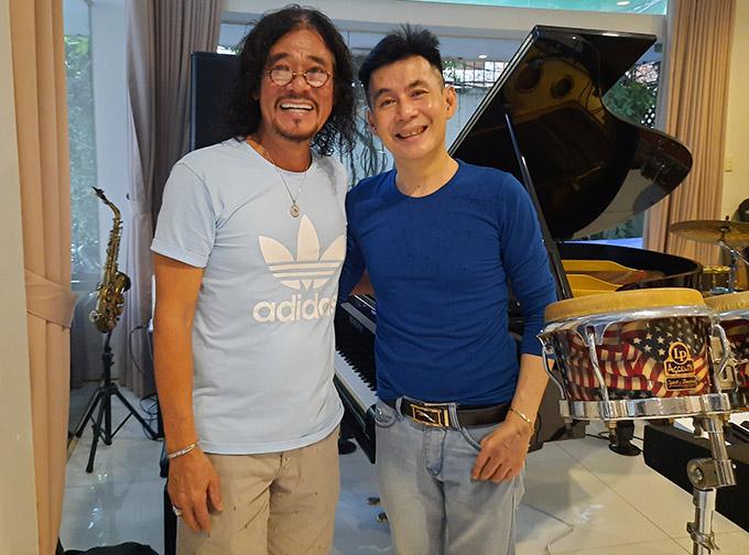 Nghệ sĩ Khắc Triệu đón tiếp ca sĩ Đoan Trường tới chơi nhà.