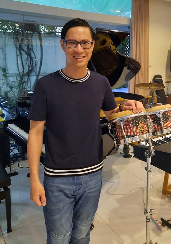 MC Anh Quân ấn tượng với căn phòng đầy nhạc cụ của vợ chồng Cẩm Vân - Khắc Triệu.
