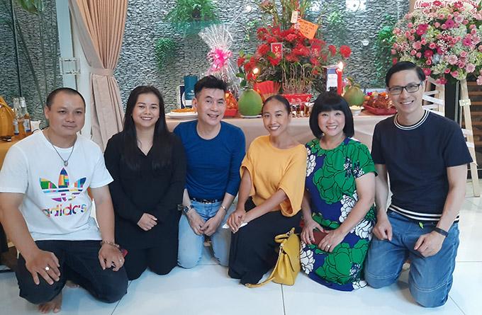 Cẩm Vân vui vẻ chụp ảnh cùng ca sĩ Diễm Phương (thứ hai từ trái qua) và bạn bè nghệ sĩ đến dự lễ cúng Tổ do chị tổ chức.
