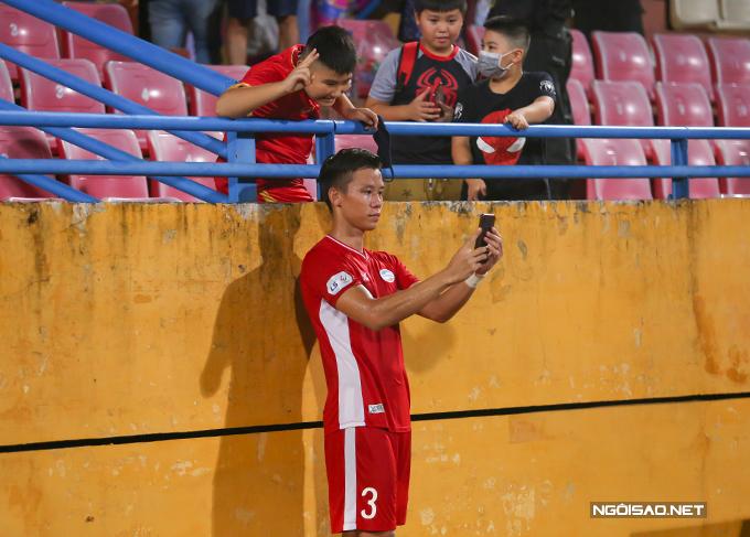 Quế Ngọc Hải là cầu thủ bận rộn nhất bên phía Viettel sau trận đấu. Sau khi trả lời phỏng vấn truyền hình, trung vệ xứ Nghệ  liên tục nhận được đề nghị chụp ảnh từ các fan.