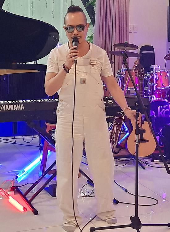Ca sĩ Jimmi Nguyễn trông khác lạ sau khi đổi kiểu tóc và cách ăn mặc. Trước đây anh hay thắt băng đô hoặc quấn khăn trên đầu.