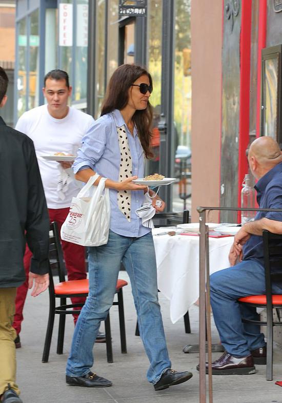 Từ khi công khai hẹn hò vào tháng 9, Katie thường xuyên đến nhà hàng của Emilio.