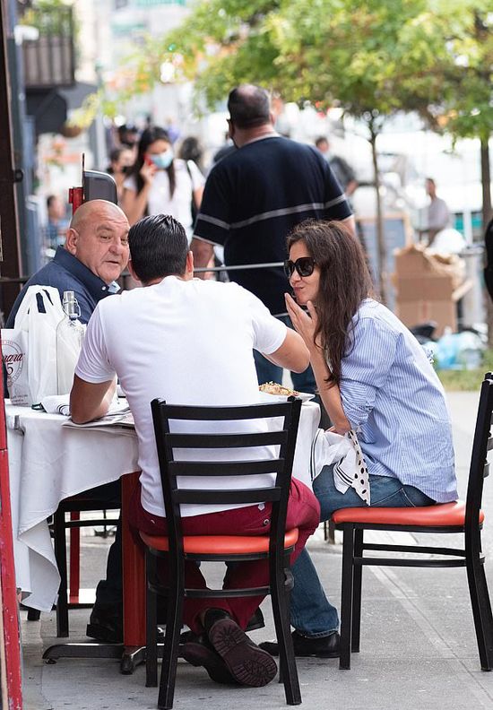 Katie vừa ăn vừa trò chuyện vui vẻ với Emilio và bố anh.