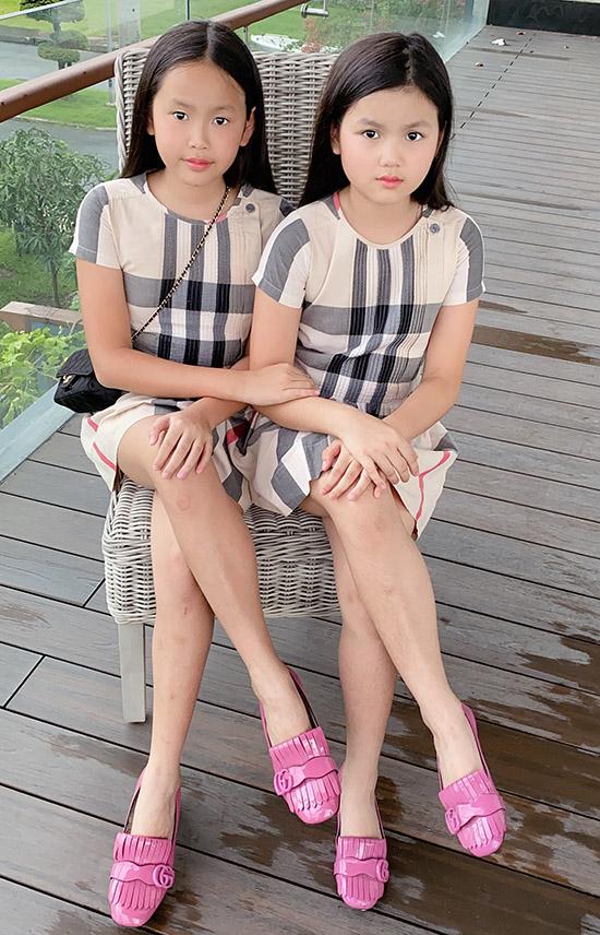 Michelle và Olivia hay được bố mẹ cho mặc trang phục giống nhau. Tuy sinh đôi nhưng các bé có nhiều điểm khác biệt. Michelle (trái) giống bố còn Olivia được gọi là bản sao của mẹ.