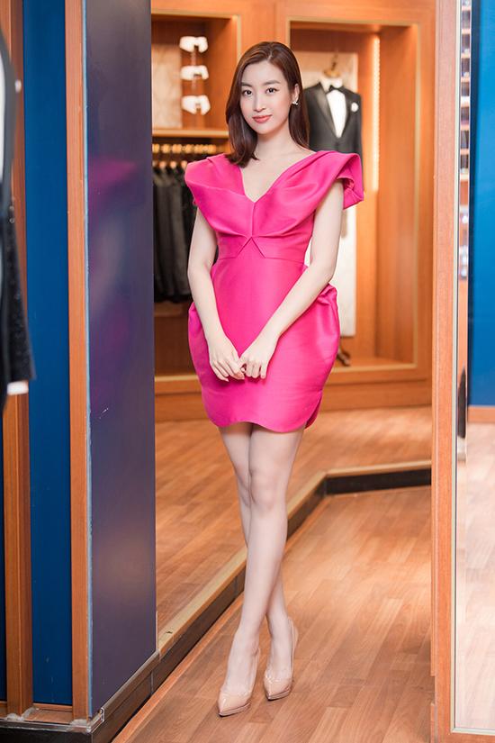 Trong khi đó, hoa hậu Đỗ Mỹ Linh khoe vẻ ngọt ngào với váy hồng cánh sen nhấn nhá điệu đà.