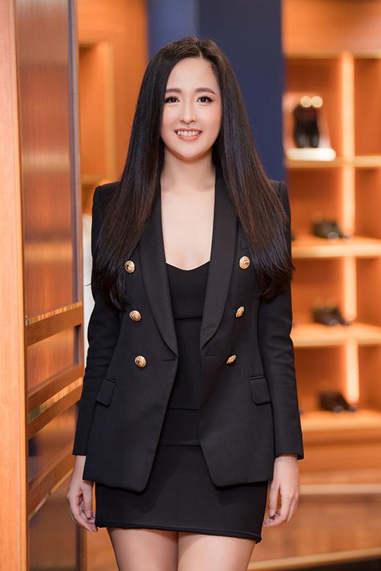 Hoa hậu Mai Phương Thúy chọn phong cách gợi cảm, quyến rũ với váy ngắn bó sát kết hợp blazer cùng màu.