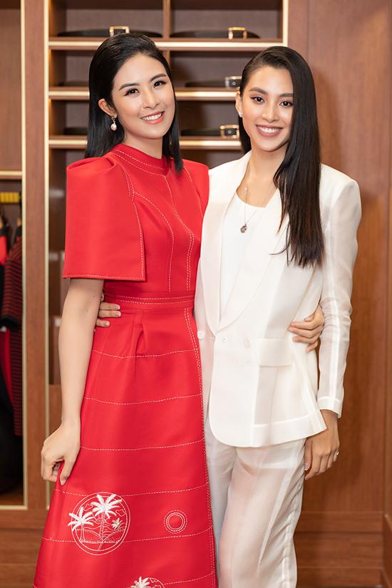 Hoa hậu Tiểu Vy diện vest xuyên thấu. Cô quen biết hoa hậu Ngọc Hân từ trước khi đăng quang Hoa hậu Việt Nam 2018.
