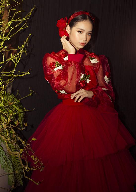 Cô bé diện thiết kế đỏ rực của Tuấn Trần, ra dáng một thiếu nữ xinh đẹp, kiêu kỳ.