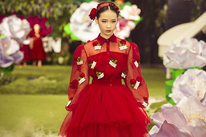 Mẫu nhí sải bước tự tin trên sàn diễn Pink Garden Fashion Kids 2020.