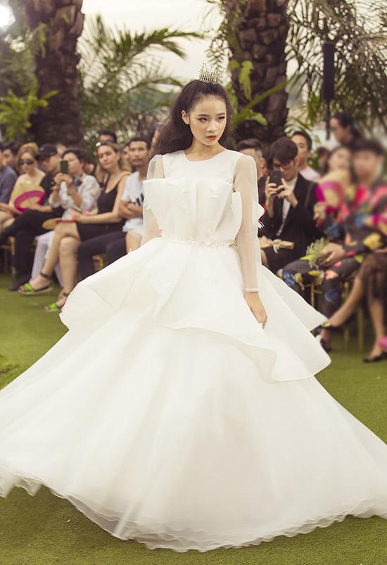 Cô bé xinh tươi như nàng công chúa với váy trắng của nhà thiết kế Phương Hồ.